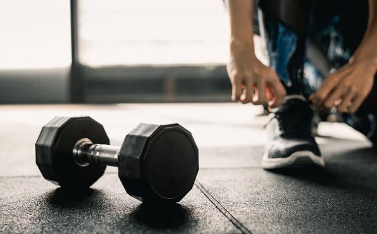 Домашняя круговая тренировка для похудения с одной гантелью