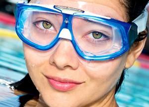 Можно ли плавать в контактных линзах?