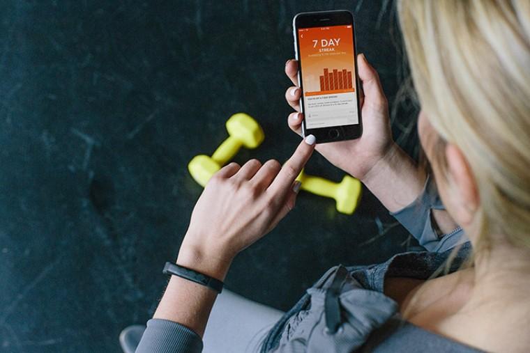 Смартфон и фитнес-браслет
