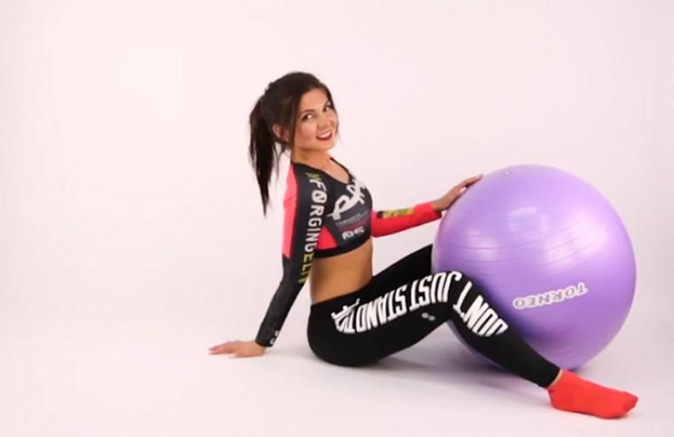 5 упражнений с фитболом для похудения после родов